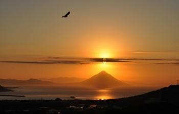 耳取峠展望所から見る枕崎市街地と開聞岳-南さつま海道八景-