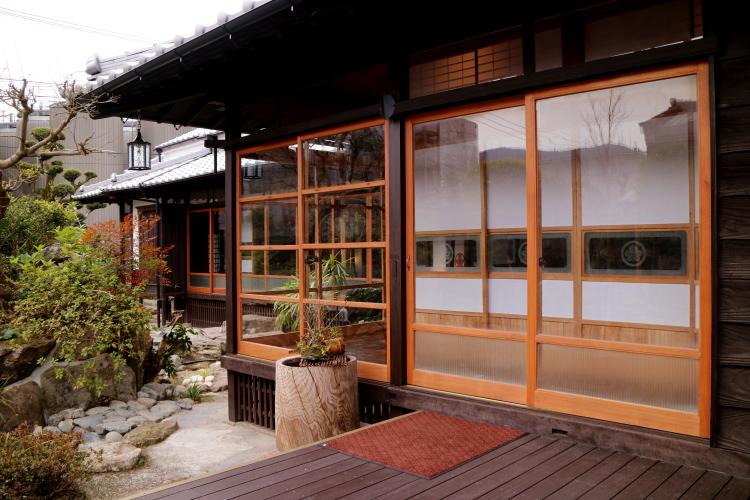 伝統的な木造建築家屋