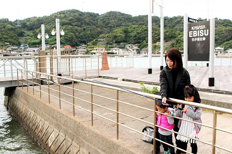 笠沙恵比寿で釣りをする家族