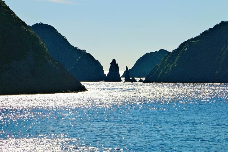 光る海面と双剣石