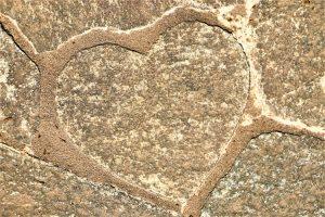 石畳にあるハート型の石