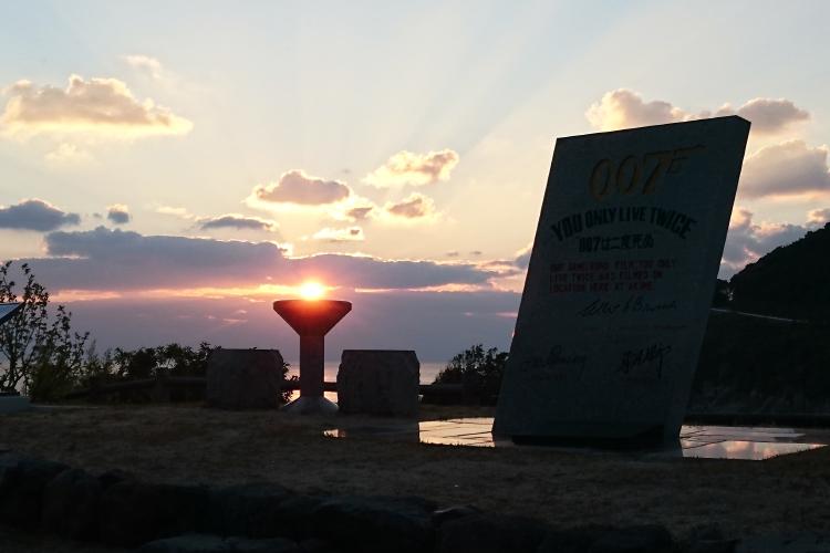 007記念碑と夕日