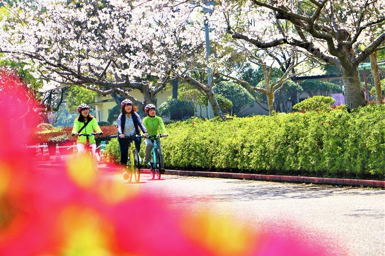 吹上浜海浜公園内でサイクリングする子供達