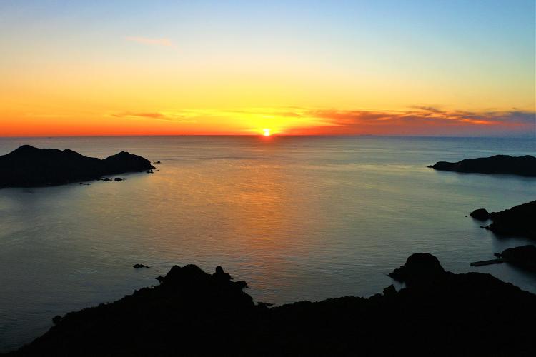 沈む夕日と亀ヶ丘