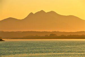 夕日に染まる金峰山