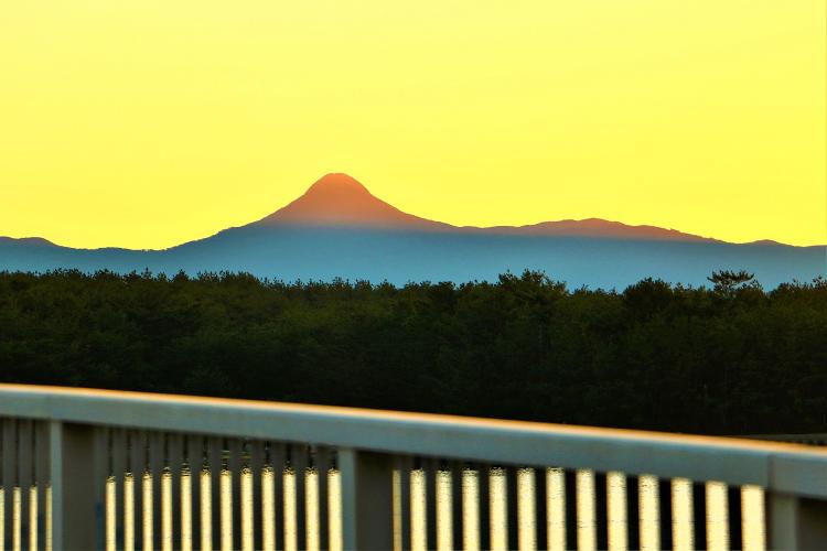 夕日に染まる野間岳